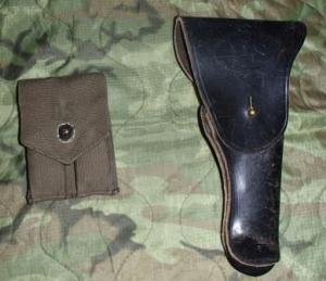 左:マガジンポーチ 右:ガバメント用ホルスター